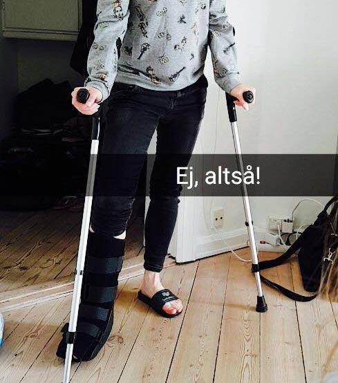 Pia på krykker efter knoglebrud i foden